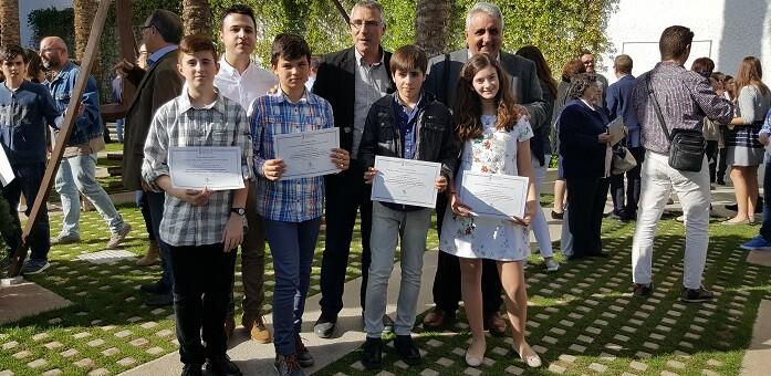 Los cuatro jóvenes chivanos recibieron sus premios de manos del secretario autonómico de Educación e Investigación, Miguel Soler.