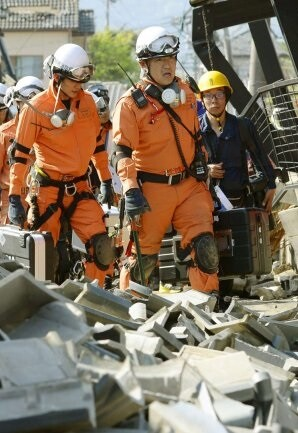 Los equipos de rescate trabajan en turnos sin apenas descanso.