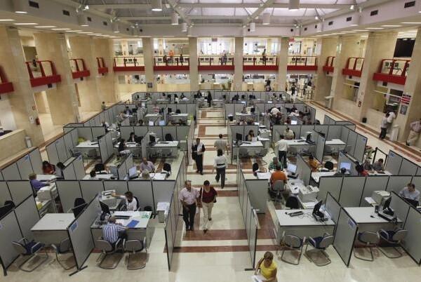 Los funcionarios del Estado cobrarán este mes el 50 por ciento pendiente de la extra suprimida en 2012.