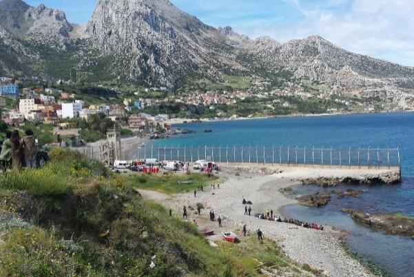 Más de un centenar de inmigrantes entra en Ceuta bordeando un espigón.