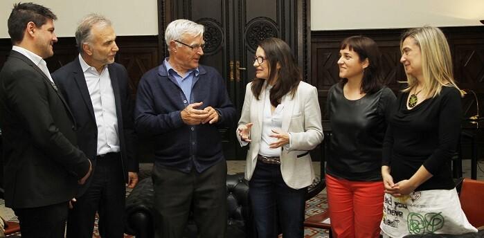 Mònica Oltra y Ribó durante la reunión para hablar del proyecto.
