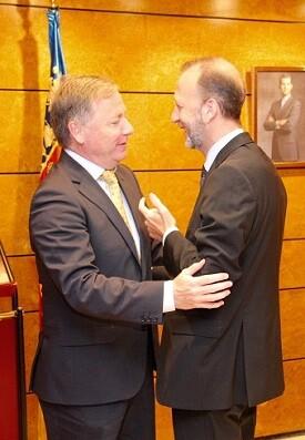Marí saluda al delegado del Gobierno, Juan Carlos Moragues.
