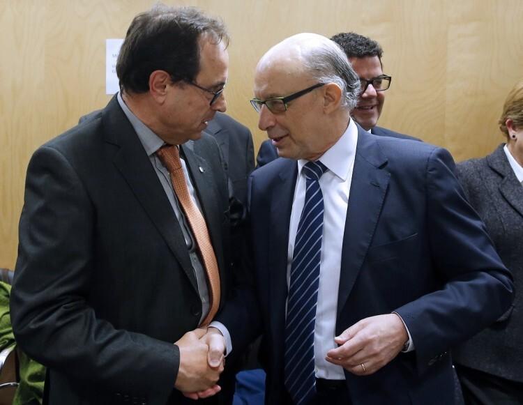 GRA469. MADRID, 28/04/2016.- El ministro de Hacienda y Administraciones Públicas en funciones, Cristóbal Montoro (d), saluda al conseller de Hacienda y Modelo Económico de Valencia, Vicent Soler (i), al inicio de la reunión del Consejo de Política Fiscal y Financiera, hoy en Madrid, el primero después de que se haya fijado en el 0,7 por ciento el nuevo objetivo de déficit de las autonomías para este año. EFE/Mariscal
