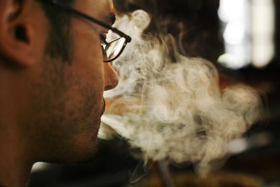 Clientes fumando en un bar d—nde las tapas estan encima de la barra. Bar Sol Soler. Barrio de Gracia. Barcelona. 28 de Setiembre.