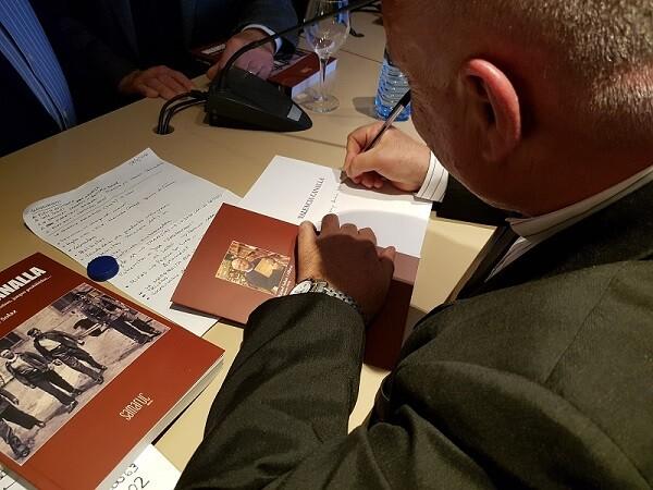 Rafael Solaz firmando libros.