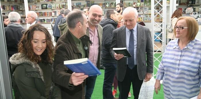Recorrido inaugural de las autoridades a la Feria del libro.
