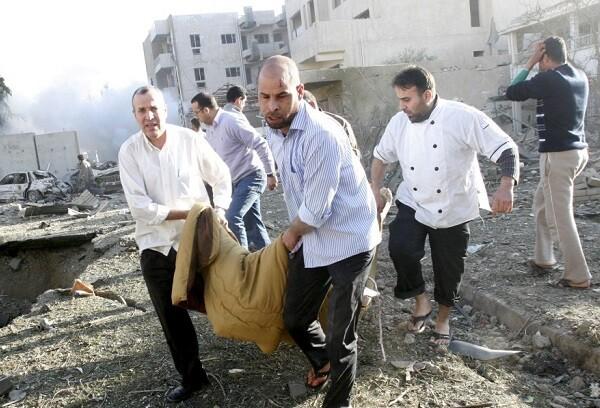 EBAG05 BAGDAD (IRAK) 25/1/2010.- Iraquíes evacúan el cuerpo de una de las víctimas del atentado con coche bomba contra el hotel Alhamraa, (Irak), hoy, lunes, 25 de enero de 2010. Al menos 24 personas murieron hoy y otras 45 resultaron heridas en tres atentados con coches-bomba contra varios hoteles del centro de Bagdad, informaron a Efe fuentes policiales. EFE/Mohammed Jalil  AL MENOS 24 MUERTOS Y 45 HERIDOS EN CADENA ATENTADOS CONTRA HOTELES EN BAGDAD
