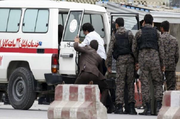 Un atentado suicida en Afganistán deja al menos 28 muertos y más de 300 heridos.