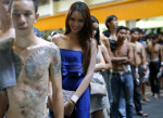 RUN358 BANGKOK (TAILANDIA) 01/04/2016.- La joven transexual Panitan Nuchpramool espera para presentar una documentación que la exime del servicio militar obligatorio en Bangkok (Tailandia) hoy, 1 de abril de 2016. Las mujeres transexuales que ya están operadas del pecho y demás operaciones de cambio de sexo, están exentas del servicio militar obligatorio. El ejército tailandés necesita 100.000 nuevos reclutas este año. EFE/Rungroj Yongrit