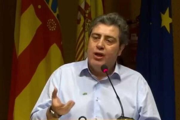 VOX denuncia que Esquerra Unida Requena exhibiese una bandera republicana en el Pleno del Ayuntamiento local.