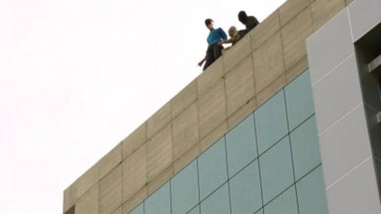 el Estado Islámico arrojó a un hombre desde un edificio (1)