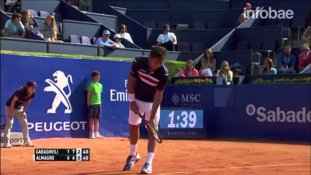 El golpe de un recogepelotas en un partido de tenis que es furor en las redes