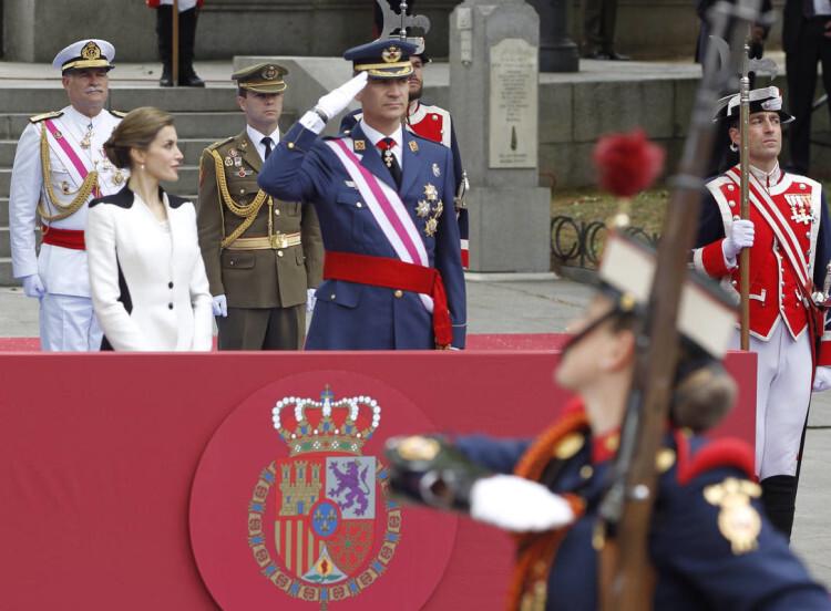 GRA175. MADRID, 28/05/2016.- Los Reyes durante el acto central del Día de las Fuerzas Armadas, en las inmediaciones de la Plaza de la Lealtad de Madrid, donde presiden un homenaje a los que dieron su vida por España y un desfile con la participación de cerca de 600 militares. EFE/Javier Lizón