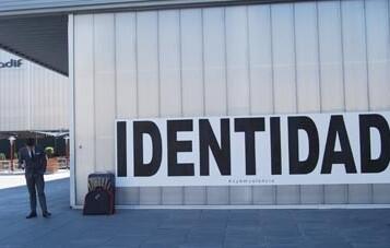 Cada dos días aparecerán sobre las fachadas de la estación otras nuevas palabras.