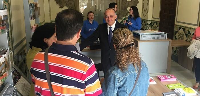 Calabuig visita la nueva Oficina de Turisme del Ayuntamiento.