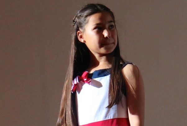 Chiva homenajea a la joven actriz Inés Ruíz, actriz debutante en el filme 'El olivo'.