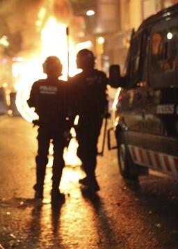 Dos policías y cuatro manifestantes resultaron heridos durante la reyerta.