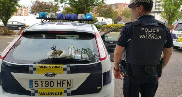 El conductor del turismo realizó una maniobra extraña que alertó a los agentes que procedieron a su identificación.