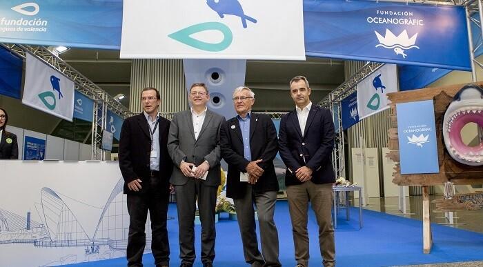 El presidente de la  Generalitat y el alcalde de Valencia visitan el stand.