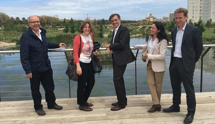 Elena Cebrián junto a Manuel Aldeguer Sánchez, Francisco Bartual y otros representantes de  Aguas de Alicante.