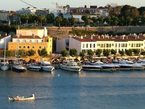 Ibiza nos ofrece las mejores discotecas y los mejores chiringuitos para ir de fiesta.