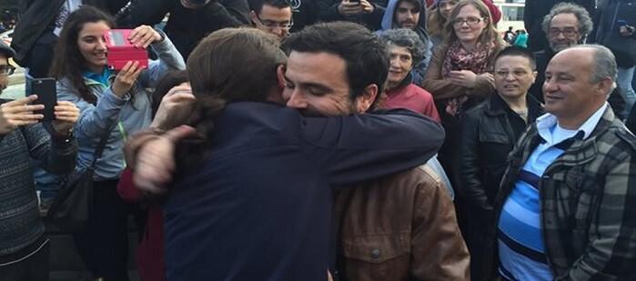 Iglesias y Garzón se abrazan tras alcanzar el acuerdo.