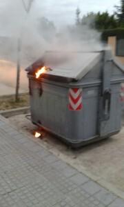 Imagen de archivo de la quema de un contenedor.