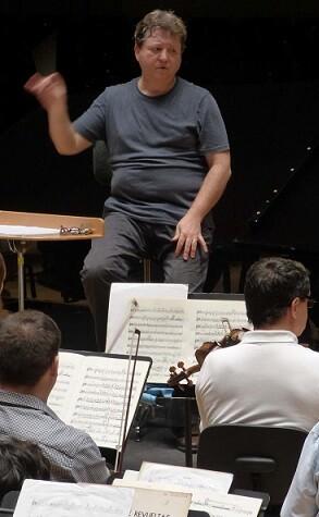 Imagen del ensayo con Antonio Galera y  J. E. Lluna junto a la OV. (Foto-Clara Miralles).