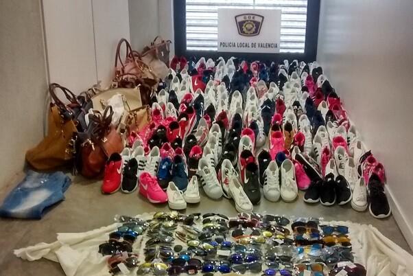 Intervención contra la venta ambulante de prendas presuntamente falsificadas.