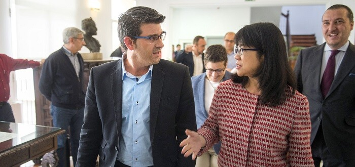 Jorge Rodríguez charla con Layhoon Chan.  (Foto-Abulaila).