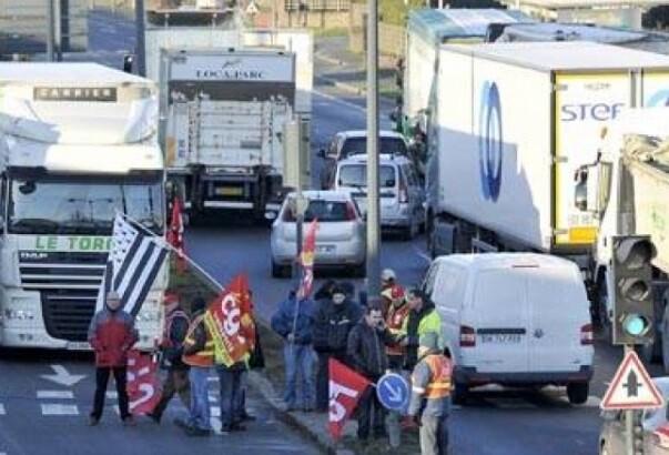 La huelga en Francia paraliza puertos y carreteras contra la reforma laboral.