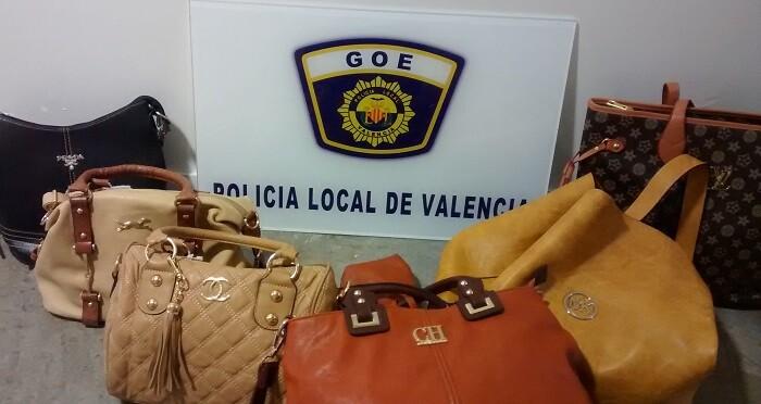 Los agentes comprobaron que las prendas y objetos decomisados tienen aparentes síntomas de estar falsificados.