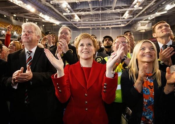 GLA01. GLASGOW (R.UNIDO), 06/05/2016.- La líder del Partido Nacional Escocés (SNP), Nicola Sturgeon (c), aplaude tras ser reelegida para servir en el área de Glasgow Southside hoy, viernes 6 de mayo de 2016, en Emirates Arena en Glasgow (Escocia, Reino Unido). Las elecciones parlamentarias escocesas, que eligen 129 miembros para el Parlamento Escocés, se llevaron a cabo el 5 de mayo de 2016. EFE/ROBERT PERRY