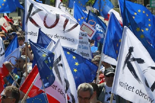 Miles de polacos se manifiestan en contra del gobierno conservador.