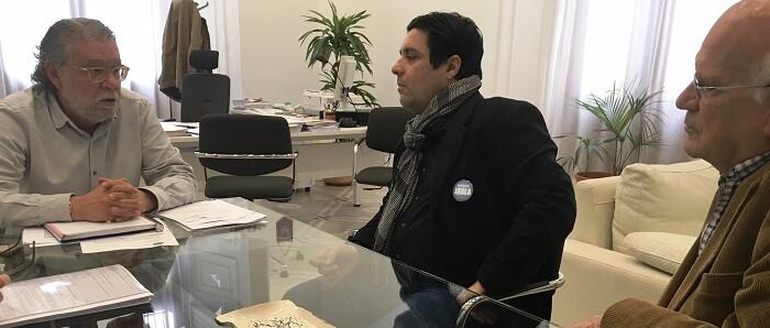 Ramón Vilar, mantuvo esta mañana una reunión con representantes de AVETID.