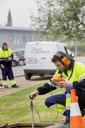 Técnicos del Grupo Aguas revisando red de agua.