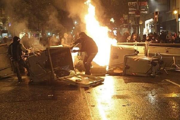 Tercera noche de disturbios en el barrio de Gràcia de Barcelona.