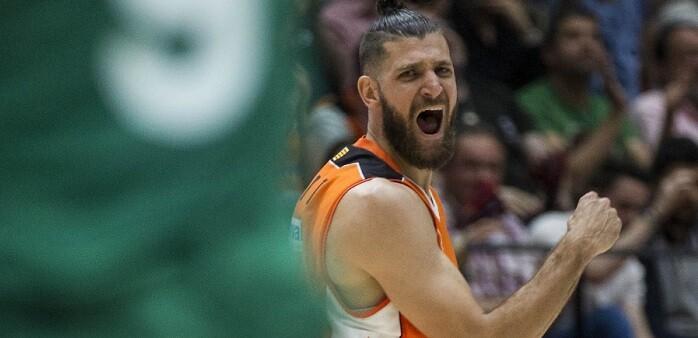 Valencia Basket se adelanta en la eliminatoria de cuartos. (Foto-Miguel Ángel Polo).