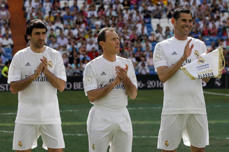 GRA378. MADRID, 05/06/2016.- Raúl González (i), Emilio Butragueño (c) y Fernando Hierro, del Real Madrid antes de enfrentarse al Ajax en el partido benéfico de veteranos ' class=