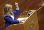 GRA076. VALENCIA, 18/11/2015.- La diputada del Partido Popular, Eva Ortíz, defiende la enmienda a la totalidad del proyecto de la ley de acompañamiento presentada por su partido, el Partido Popular, hoy ante el pleno de Les Corts. EFE/Manuel Bruque. 4651#Agencia EFE
