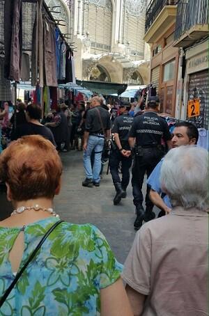 Agentes en la zona del Mercado Central.