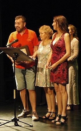 Componentes de Bramant Teatre recogen su premio.