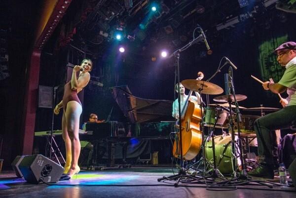 De la Puríssima irrumpe en Tercera Setmana con su descarada puesta en escena de cuplé y jazz.