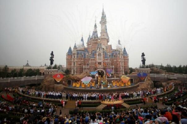 Disney inauguró su primer parque temático en China.