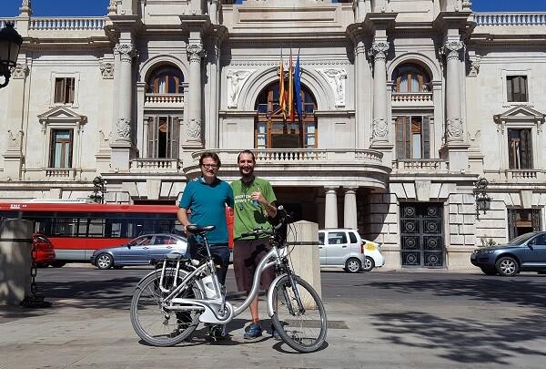 El Ayuntamiento apoya al joven de Benimaclet que recorre 13.000 Km en bici para luchar contra el cáncer.