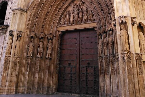El Ayuntamiento instalará una rampa en la Puerta de los Apóstoles de la Catedral.