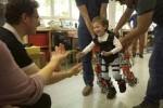 El CSIC presenta el primer exoesqueleto infantil del mundo para atrofia muscular espinal