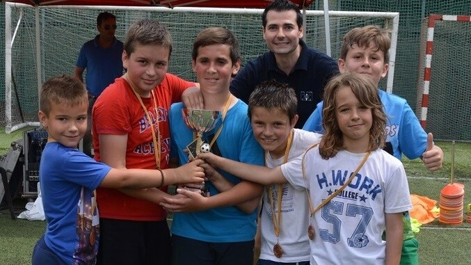 El Club Ajedrez Alaquás recibiendo el trofeo de campeón.