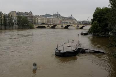 El Sena a punto de desbordarse.