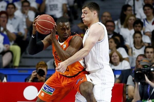 El Valencia Basket pierde ante el Madrid su primer punto de las semifinales (82-57).